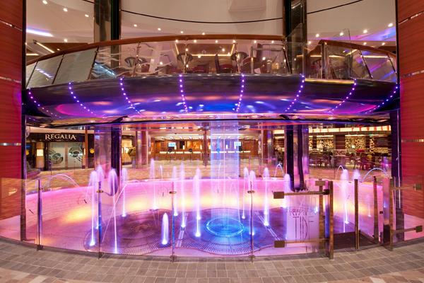Risin Tide Bar aan boord van een van de Royal Caribbean® schepen