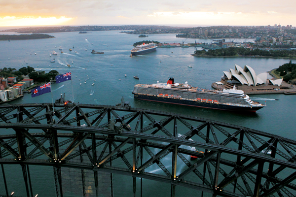 Queen Mary 2 bij de Sydney Harbour Bridge